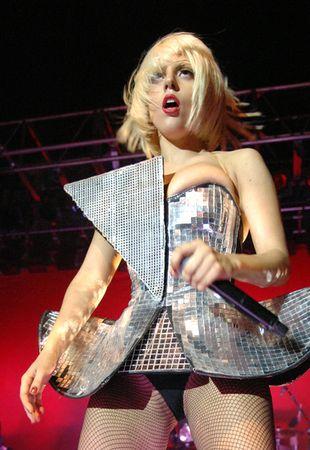 Lady Gaga wyszła na miasto niemal naga! (FOTO)