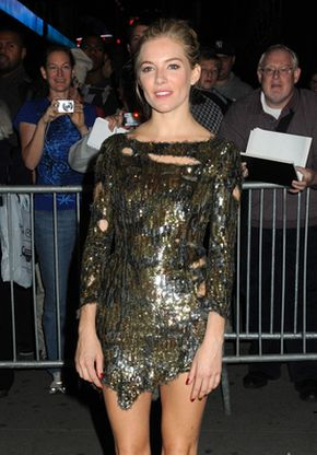 Sienna Miller w poszarpanej sukience (FOTO)