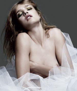 Natalia Vodianova pokazuje piersi (FOTO)