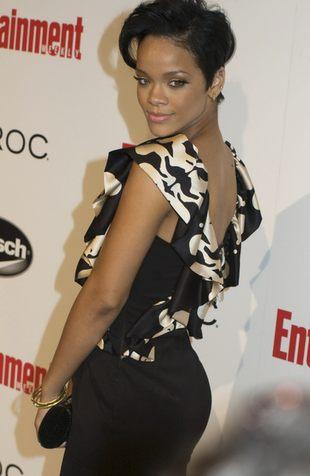 Rihanna z filuternym loczkiem (FOTO)