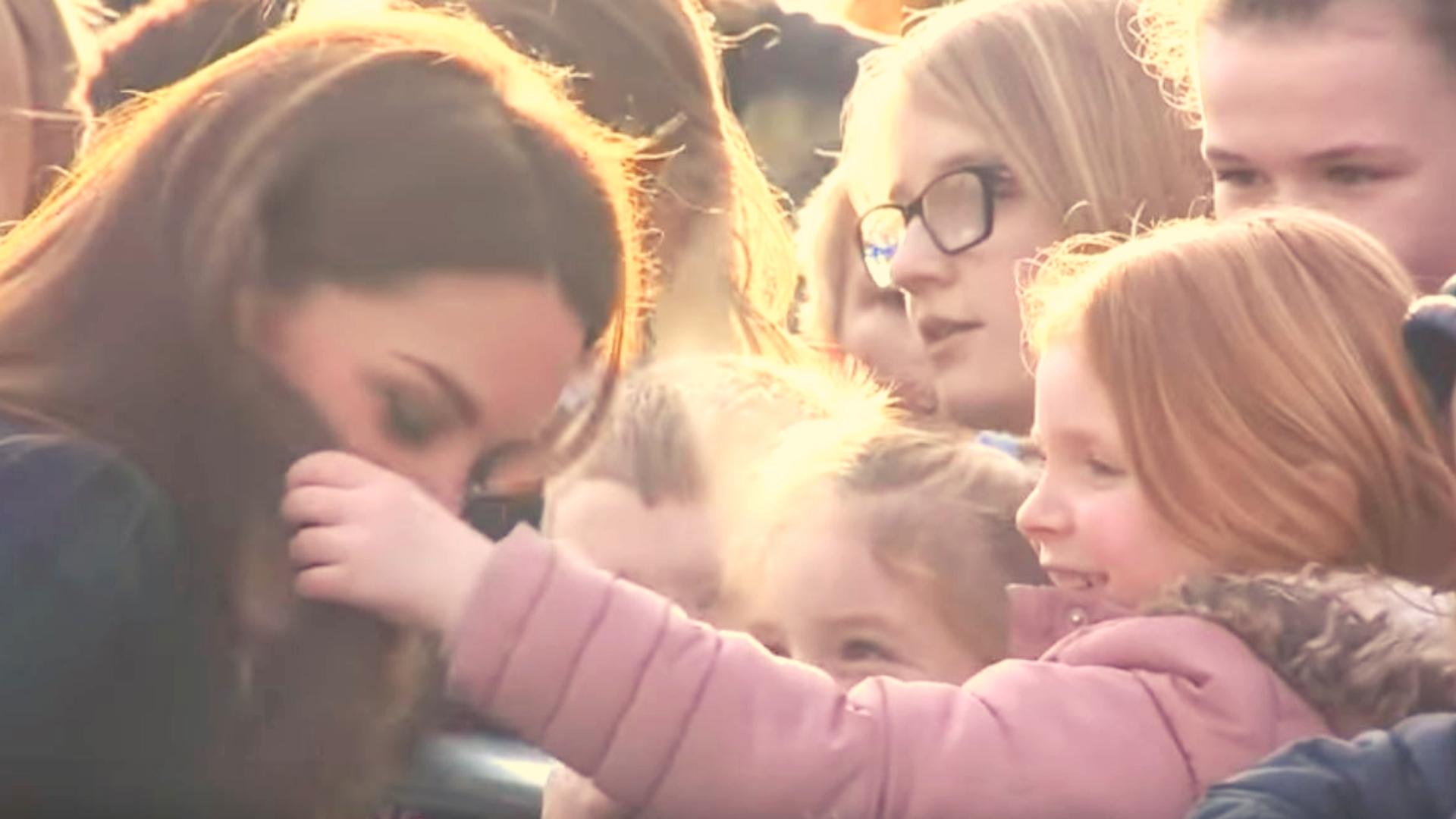 Bezcenna reakcja Kate! Obca dziewczynka zaczęła dotykać jej włosów (VIDEO)