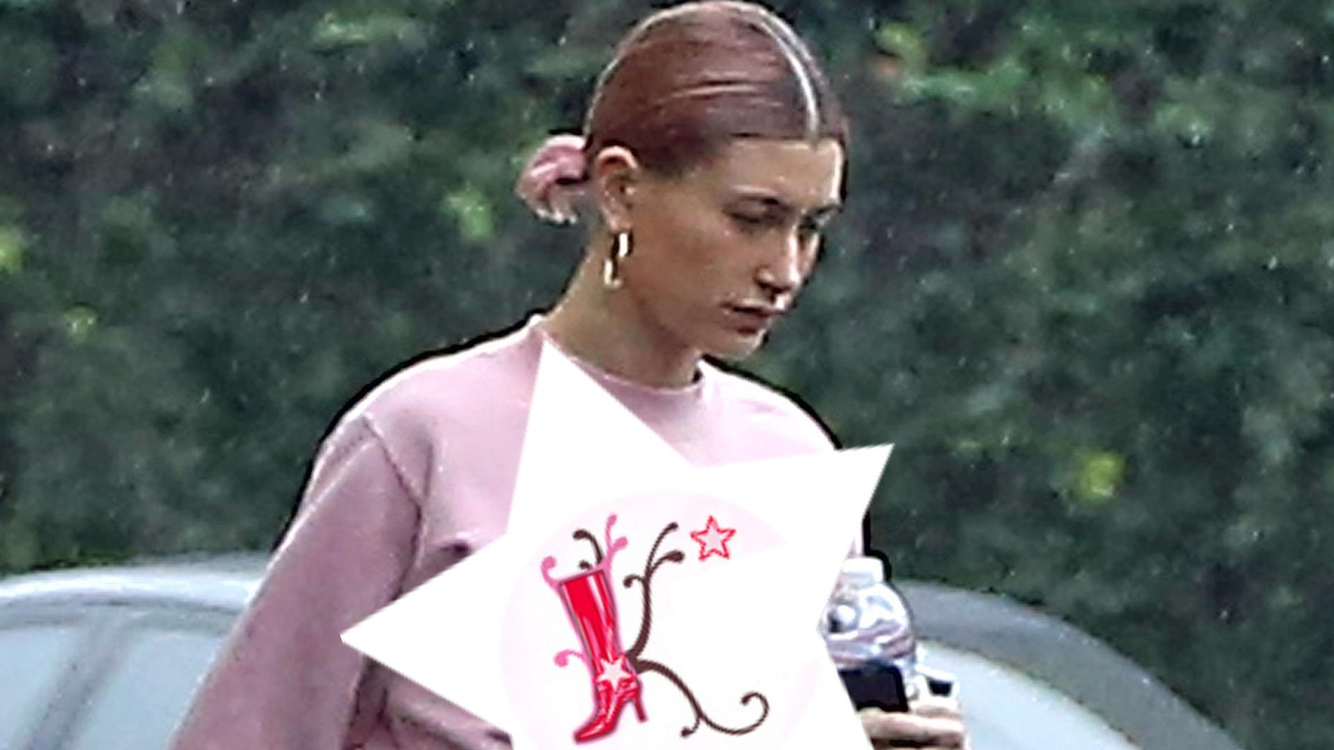 Hailey Bieber w różowym dresie, spaceruje bez stanika. Widać ciążowy brzuch?