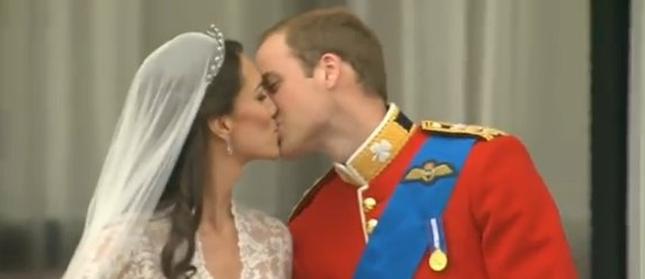 Pierwszy pocałunek książęcej pary [VIDEO]