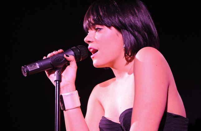 Lily Allen pije na scenie