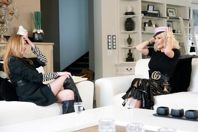 Hanna Lis i jej psiapsiółka Doda plotkują na kanapie