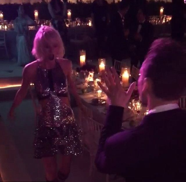 Taylor Swift wyrwa�a na parkiet... Toma Hiddlestona! (VIDEO)