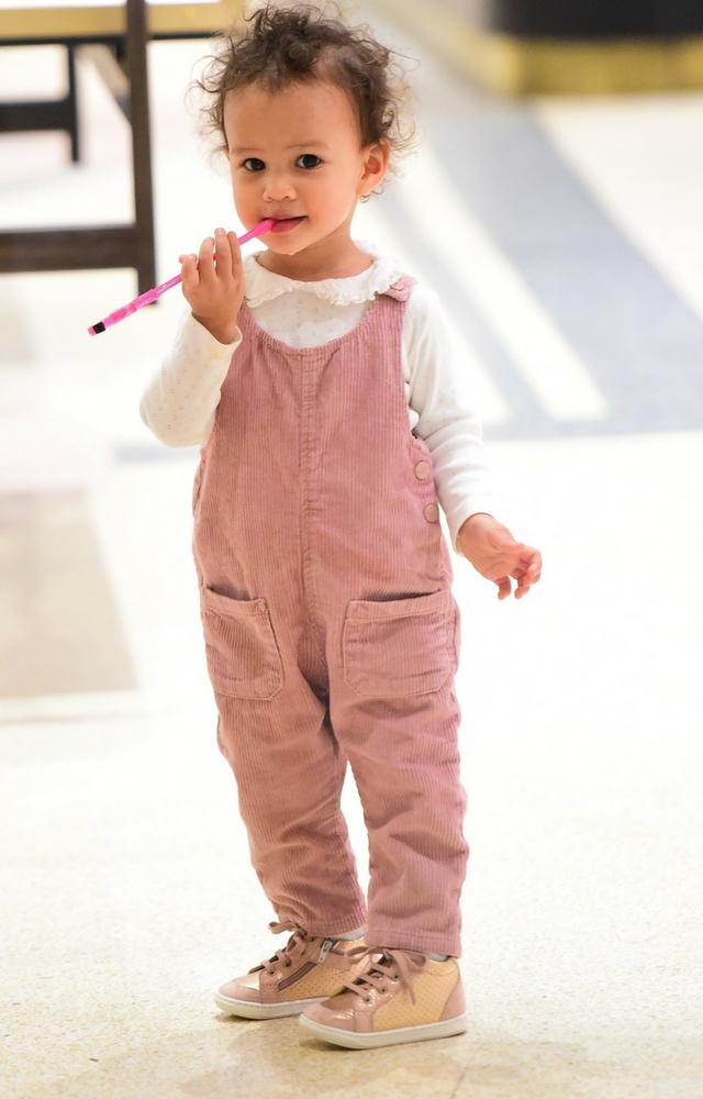 Chrissy w zaawansowanej ciąży na zakupach z dzieckiem (ZDJĘCIA)