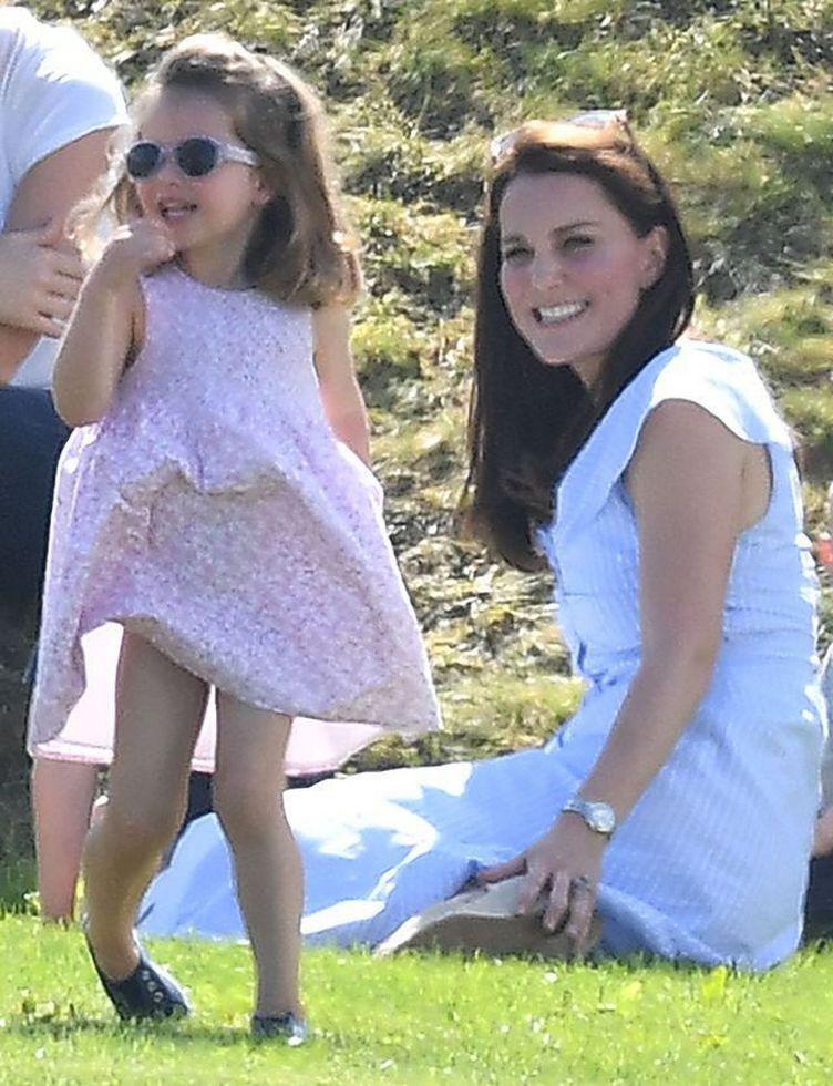 Księżna Kate raczej NIE skorzystała z rad matki, dotyczących WYCHOWANIA dzieci