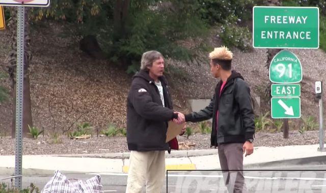 Ten bezdomny dostał 100$. To zaskakujące, na co je wydał