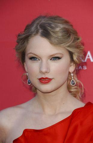 Taylor Swift w prostych włosach