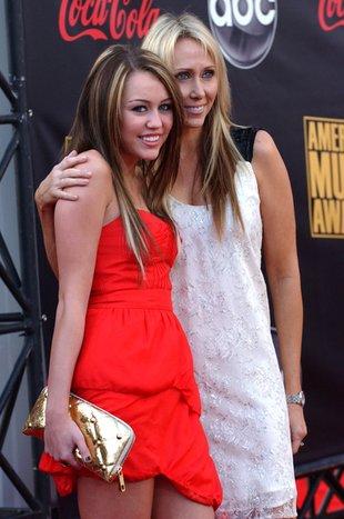 Miley Cyrus lubi spać z mamą