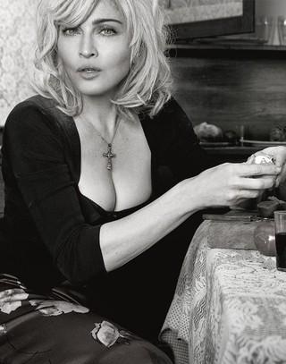 Nowe zdjęcie dla D&G: Madonna ściera podłogę