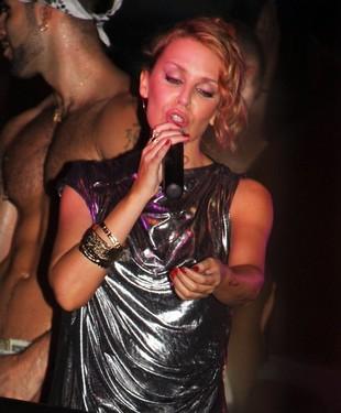 Otłuszczony brzuch i zmęczona twarz Kylie Minogue