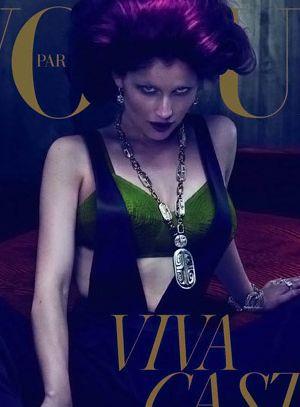 Artystyczna Laetitia Casta dla Vogue'a (FOTO)