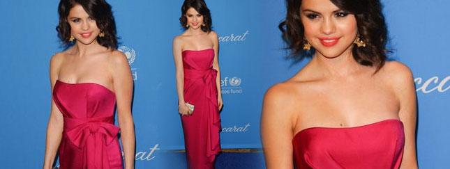 Selena Gomez zachwyca w kolorze malin (FOTO)