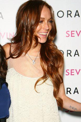 Lindsay Lohan promuje samoopalacze (FOTO)