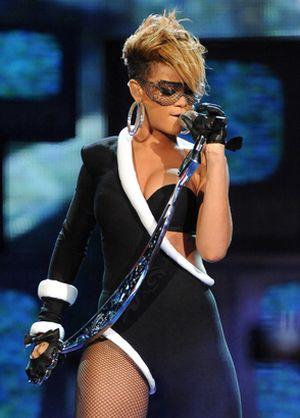 Rihanna i jej asymetryczny kostium (FOTO)