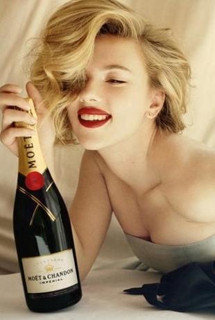 Seksowna Scarlett Johansson reklamuje szampana (FOTO)