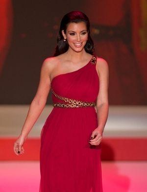 Kim Kardashian w czerwieni na wybiegu (FOTO)