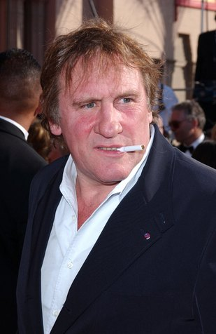 Gerard Depardieu nasikał na podłogę w samolocie
