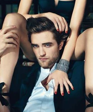 Robert Pattinson w otoczeniu nagich kobiet (FOTO)