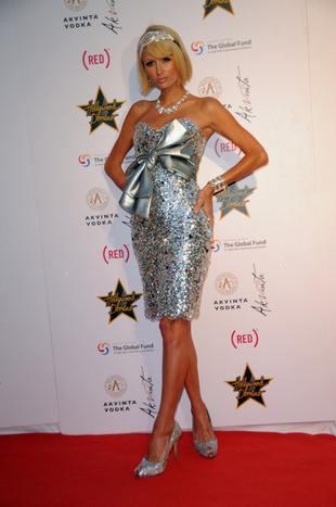 Paris Hilton z wielką kokardą (FOTO)