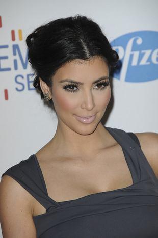 Kim Kardashian wcisnęła się w czarny, obcisły kostium (FOTO)