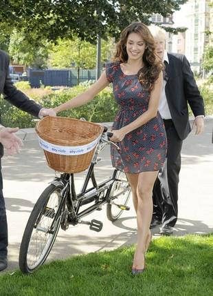 Kelly Brook - sexy i elegancko nawet na rowerze (FOTO)