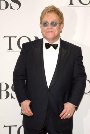 Elton John chce, by chrzestnymi jego dziecka były lesbijki