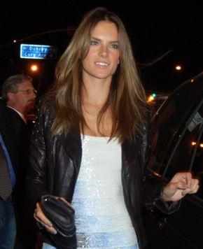 Alessandra Ambrosio - seksowna mamusia imprezuje (FOTO)