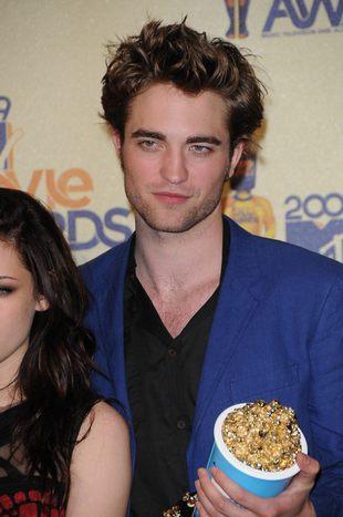 Robert Pattinson w opadających spodniach