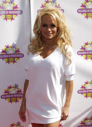 Pamela Anderson prosto i bez wylewającego się biustu (FOTO)