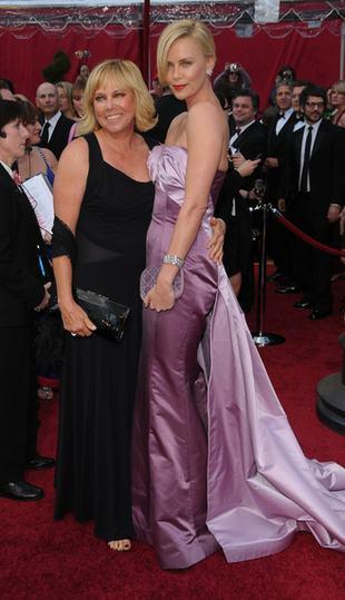 Suknia Charlize Theron najgorszą kreacją Oskarów? (FOTO)