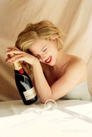 Więcej zdjęć Scarlett Johansson z szampanem (FOTO)