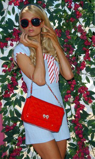 Paris Hilton trzyma ubrania dla córeczki