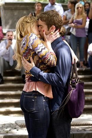 Pocałunki na planie serialu Plotkara (FOTO)