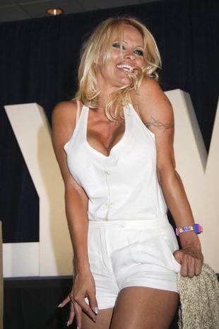 Naga Pamela Anderson z urodzinowym tortem