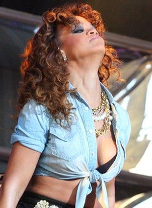Tajemnicza blizna na podbródku Rihanny (FOTO)