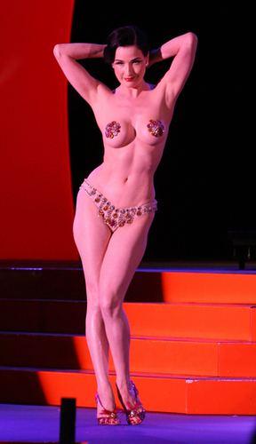 Dita von Teese poprawiła piersi u chirurga