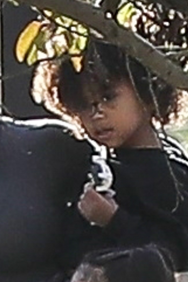 Troskliwa Kim Kardashian na spacerze z dziećmi (ZDJĘCIA)