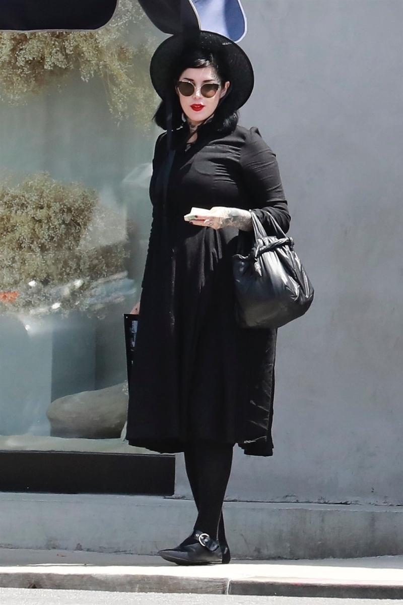 Czarna i CIĘŻARNA Kat Von D na spacerze! Tym razem przesadziła?
