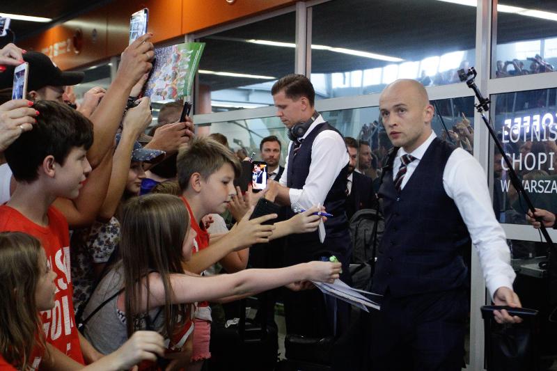 Piłkarze wrócili z Rosji! Tak lansują się na lotnisku!