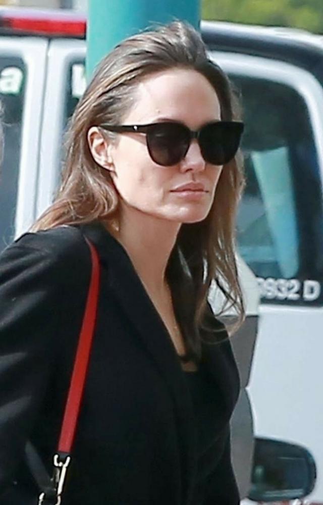 Bardzo chuda Angelina wychodzi z dziećmi po seansie Tomb Raider!