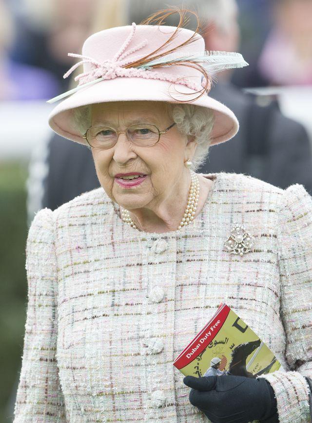 Dlaczego księżne zawsze muszą trzymać torebkę w lewej dłoni?