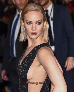 Pół piersi i mokry całus – Jennifer Lawrence jest w formie
