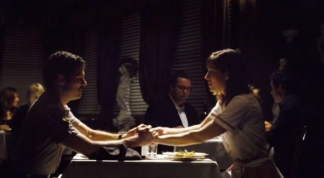 Gyllenhaal pomaga Jessice Biel pozbyć się gwoździa z głowy