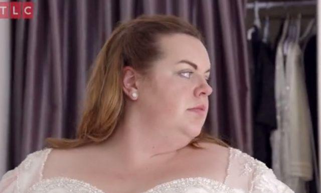 Puszysta panna młoda zrezygnowała z rękawów sukni ślubnej. Efekt? Wow!