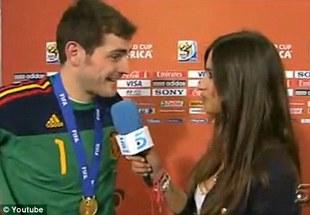 Iker Casillas wycałował reporterkę TV na wizji [VIDEO]