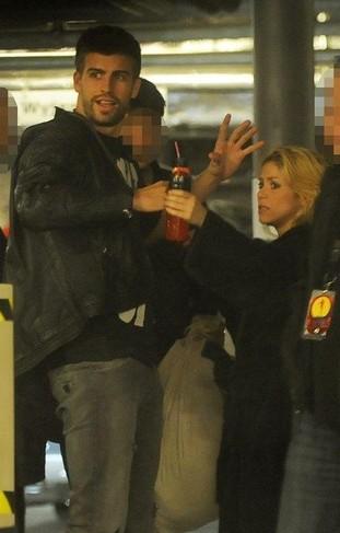 Shakira i Gerard Pique – czułości przed hotelem (FOTO)