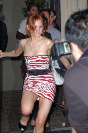Zaraz spadnie jej sukienka! (FOTO)